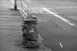 Warnung vor Hochspannung an einem wasserdicht verpackten Gegenstand auf dem Bürgersteig an der Senckenberganlage im Westend von Frankfurt am Main in Hessen