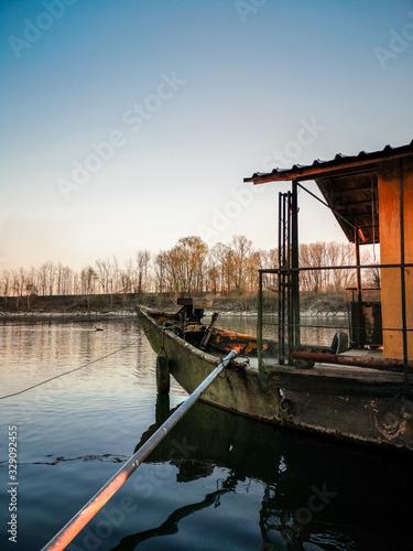 Photo Casa barca sul fiume di lato