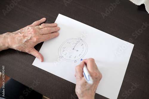 Photo High angle close-up view of a senior Caucasian woman's hands drawing Alzheimer's
