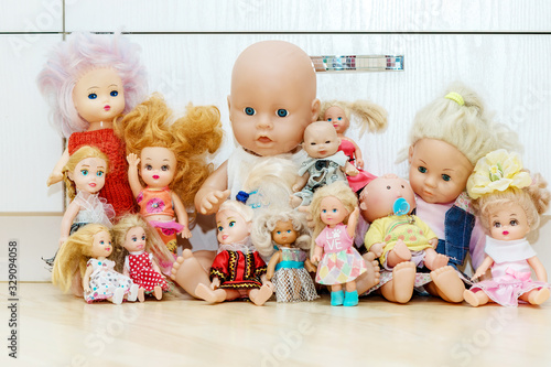 Cuadros en Lienzo Many dolls sits on floor in nursery, playroom