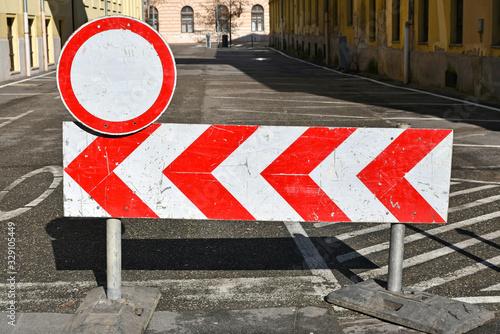 Fotografía Road closed with arrow sings in the city