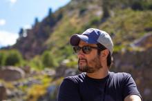 Homem Tomando Sol Na Cordilheira Dos Andes No Chile