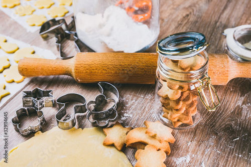 Fototapeta Biscuits sablés dans un pot en verre, rouleau de patisserie farine et emporte pièces pour faire des biscuits obraz