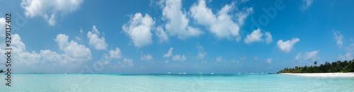 Photo Maldives Panorama. Idyllic Beach on Meeru Island with Palm Trees.
