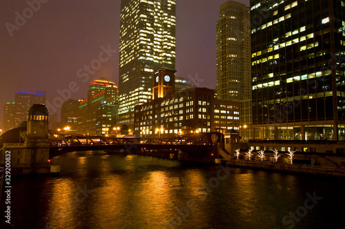 Photo A cold, blustery night on the Chicago River, downtown Chicago, Illinois
