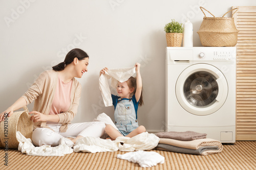 Valokuvatapetti family doing laundry