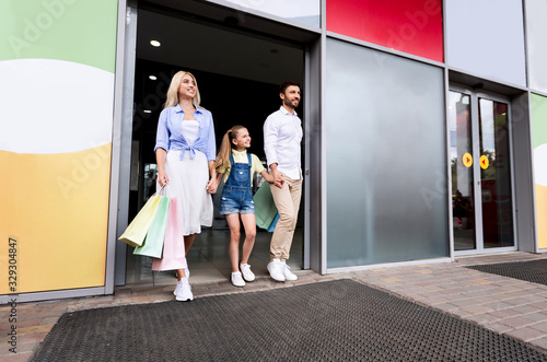 Valokuva Family After Successful Shopping Holding Shopper Bags Leaving Mall