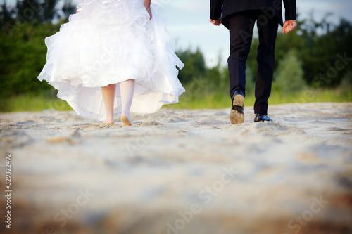 Obraz na plátně Młoda para stopy piasek