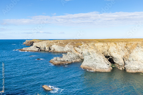 Photo The rocks and cliffs in the ocean of the famous island Belle Ile en Mer in Franc