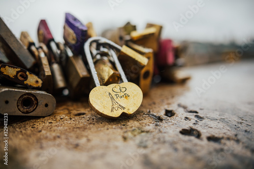 Photo Eiffel Tower and Padlocks (love locks) on the bridge - Paris, France