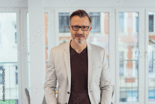 Photo Astute businessman staring intently at the camera