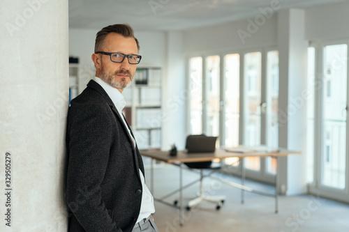 Photo Confident relaxed astute businessman