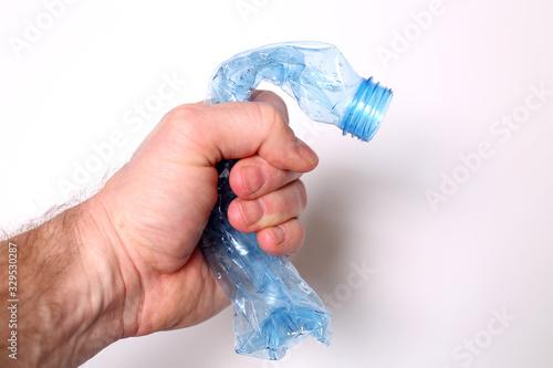 Fototapeta Ręka zgniata plastikową butelkę pet obraz