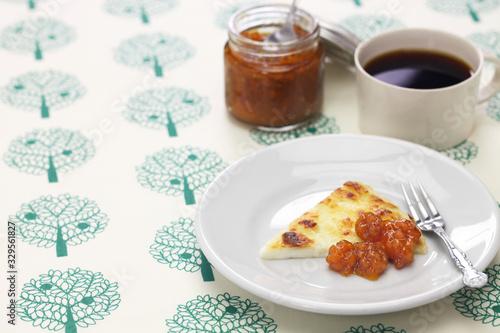 Vászonkép homemade finnish squeaky cheese (leipajuusto) with cloudberry jam (lakkahillo) a