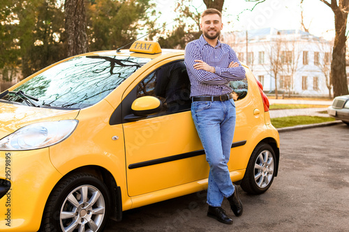 Tela Portrait of handsome taxi driver outdoors