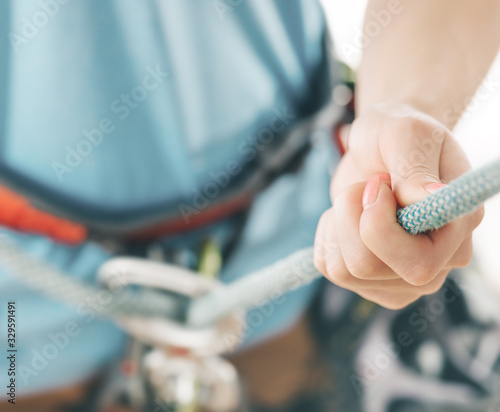 Photo Close-up of woman climber belaying with rope and figure eight.