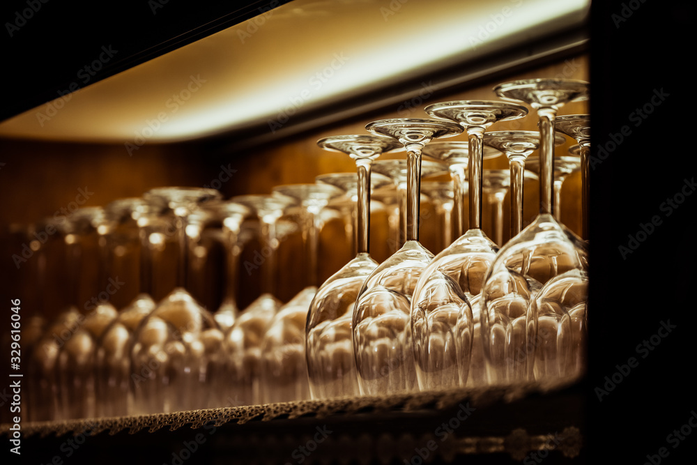 Fototapeta Verres à vin alignés sur une étagère