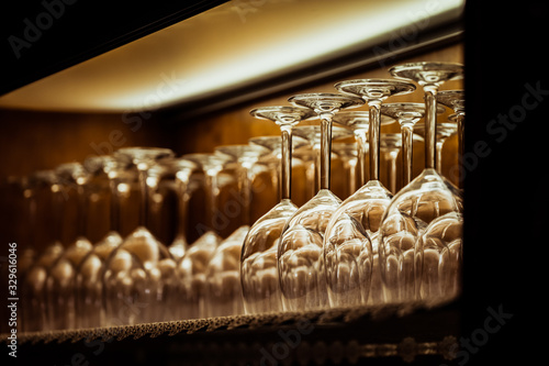Obraz Verres à vin alignés sur une étagère - fototapety do salonu