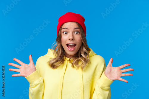 Photo Close-up portrait thrilled and joyful amused european female in red beanie and y
