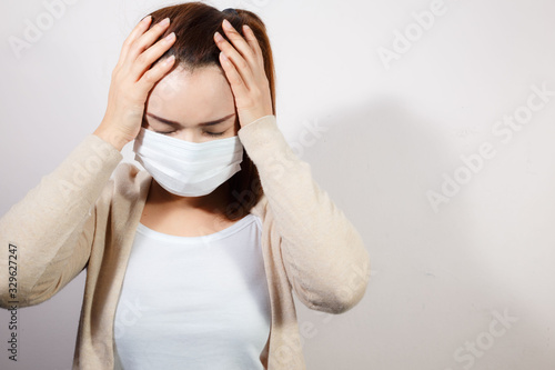 Photographie Woman wearing face mask protect filter pm2.5 anti pollution.