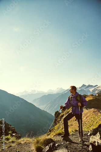 Foto climber on trail in the mountains