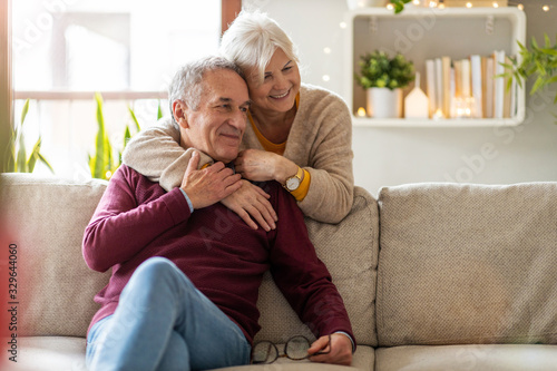 Fotografía Portrait of a happy senior couple relaxing together at home