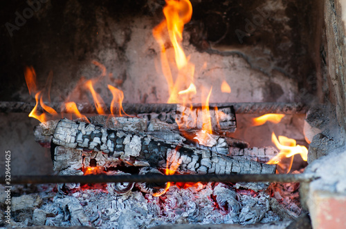 Photo Burning firewood in the fireplace close up, BBQ fire