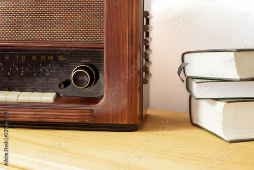 Photo Vintage radio made of wood and old books on a table