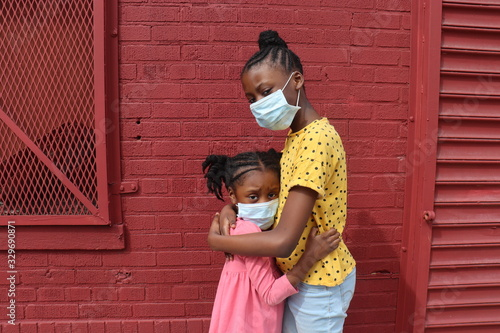 African American Girls Hugging Wearing Surgical Masks Tablou Canvas