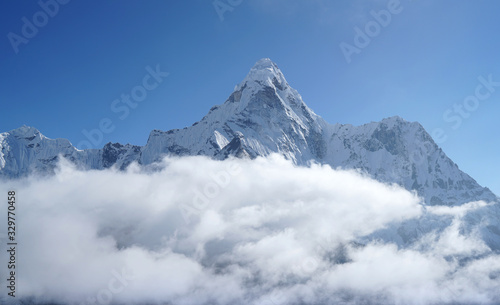 Photo Ama Dablam 6814m clouds covered peak View near Dingboche settlement in Sagarmatha National Park, Nepal
