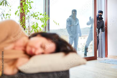 Photo Einbrecher entdecken schlafende Frau im Haus