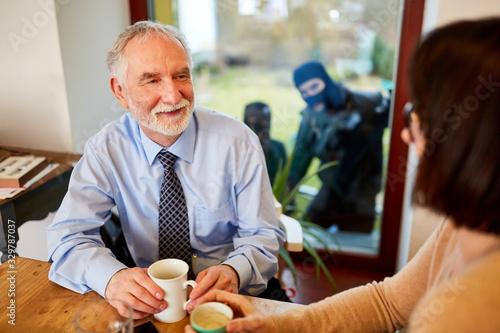 Valokuvatapetti Einbrecher beobachten Paar in Küche