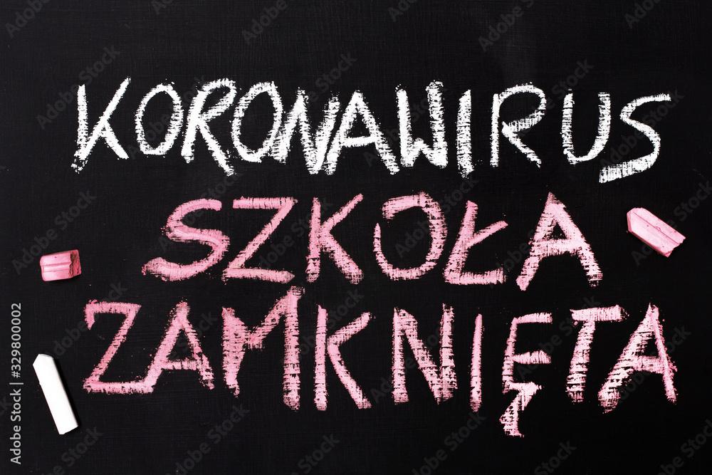 Fototapeta Koronawirus 2019-nCoV Napis wykonany kredą na tablicy.  Zamknięte szkoły i odwolanie lekcji.