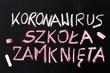 Koronawirus 2019-nCoV Napis wykonany kredą na tablicy.  Zamknięte szkoły i odwolanie lekcji.