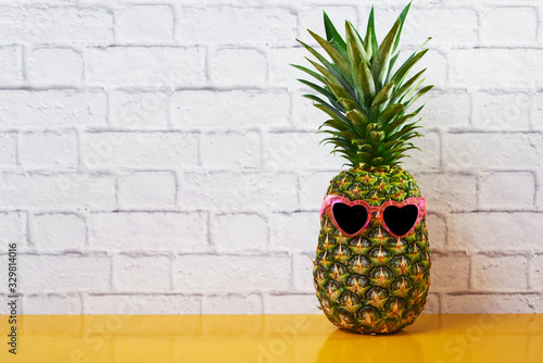 fototapeta na drzwi i meble pineapple wearing heart-shaped sunglasses.