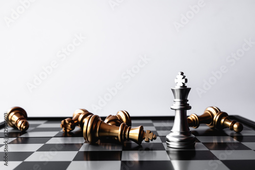 Canvastavla A chess king last stand as a true winner