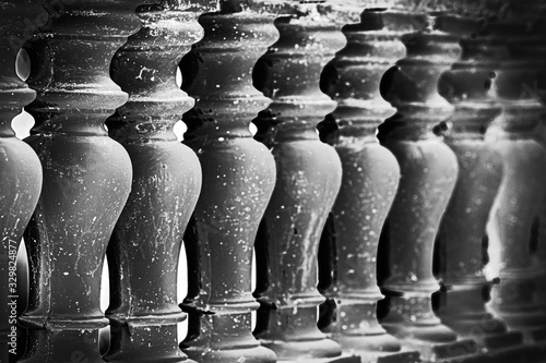Photo Abstract row of white columns made of stone close-up, black and white image