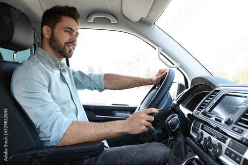 Photo Handsome young man driving his modern car