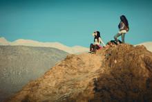Dos Mujeres Jóvenes Mirando Desde Una Montaña
