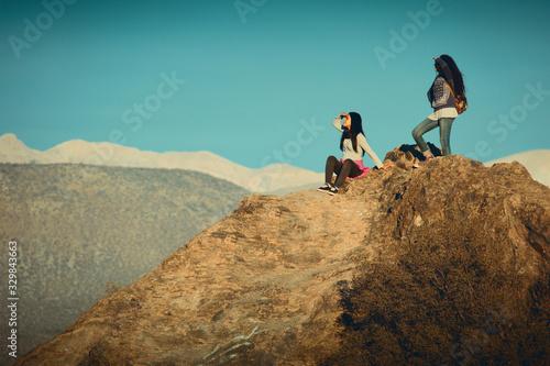 Photo Dos mujeres jóvenes mirando desde una montaña