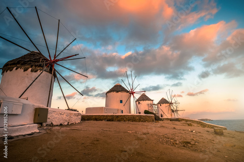 Photo Picturesque view of Mykonos windmills at sunset