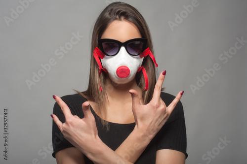 ragazza con mascherina ffp3 e occhiali da sole che fa le corna Canvas Print