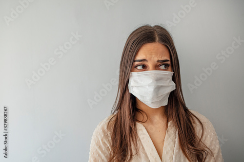 Foto Woman wear with protective face mask