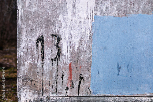 number 13 painted on dirty concrete wall on the corner of old abandoned house Canvas-taulu