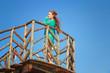 девушка стоит на мосту