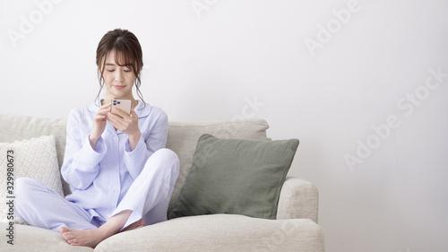 Photo 女性 パジャマ スマートフォン