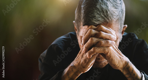 Photo senior man covering his face with his hands