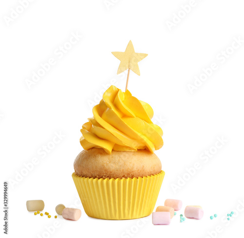 Foto Delicious birthday cupcake with buttercream isolated on white