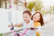 Big Sister Try To Ride Bicycle...