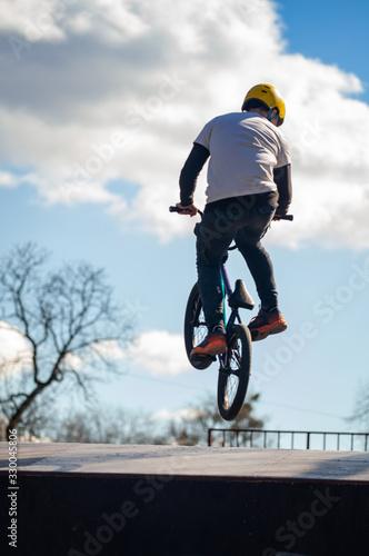 Photo Young man doing tricks on a BMX bike